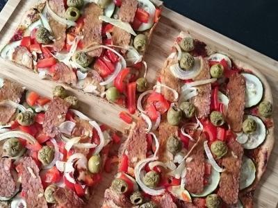 Wegańska pizza bez sera na mące pełnoziarnistej