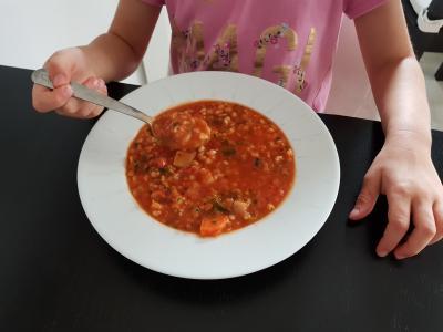Zupa pomidorowa zjarmużem isoczewicą
